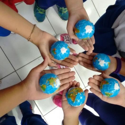 Um Globo  em suas Mãos  Profª Adriana 5º Ano II