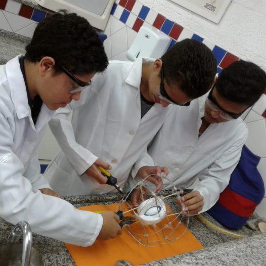 Aulas práticas no Laboratório de Ciências